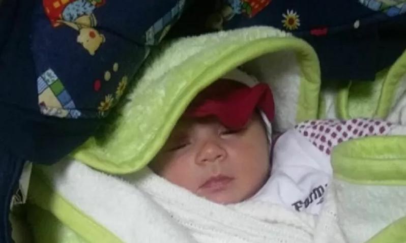 Osmaniye'de 1 aylık bebek apartman kapısına bırakıldı