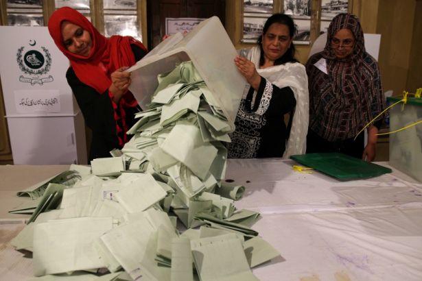 Pakistan'da seçimlere hile karıştığı iddia ediliyor