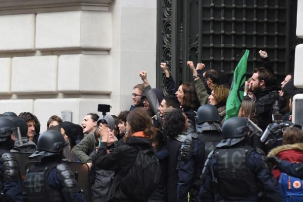 Paris'te BlackRock'ın binası işgal edildi