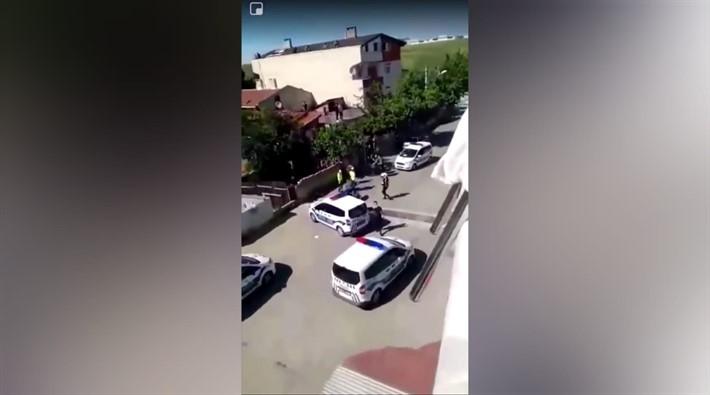 Polis, evinin bahçesinde oturan vatandaşı yerlerde sürükledi