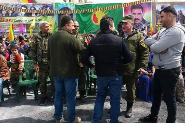 Rus askerleri Newroz kutlamasında YPG bayrakları ile poz verdi