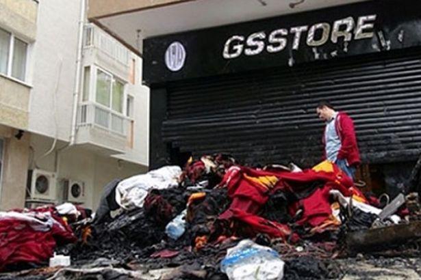 Saldırıya uğrayan Galatasaray mağazası kapatıldı