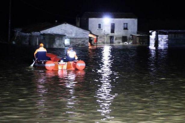 Sel nedeniyle okullar tatil edildi