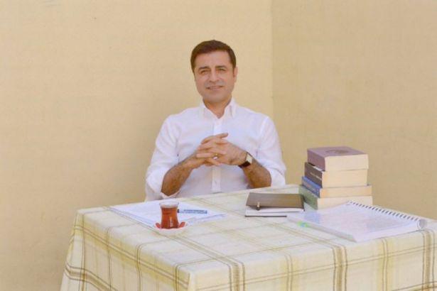 Selahattin Demirtaş'ın TRT konuşması cezaevi doktorunun odasında çekildi