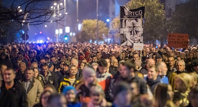 Sırbistan'da eylemciler, devlet televizyonu binası girip canlı yayına bağlanmaya çalıştı
