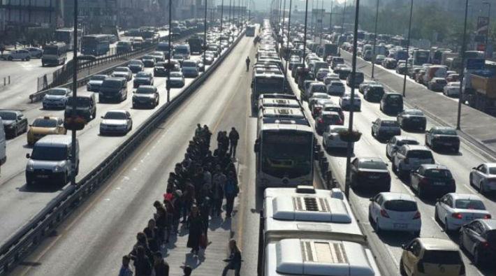 Şirinevler'de metrobüs arızalandı, yolcular yürümek zorunda kaldı