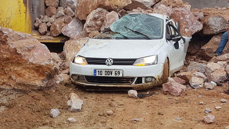 Susurluk'ta bir araç kamyondan dökülen kayaların altında kaldı