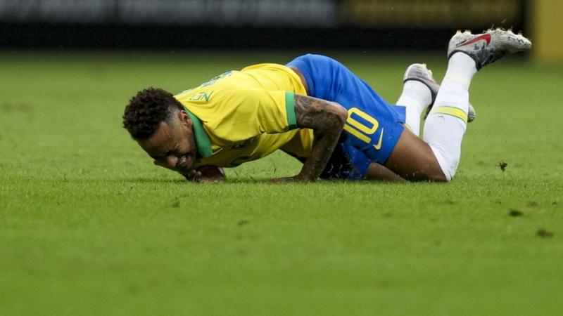 Tecavüzle suçlanan Neymar karakolda ifade verdi