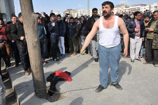 Tezgahı elinden alınan seyyar satıcı kendini ağaca zincirledi
