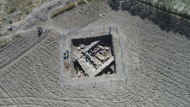 Toprağın 50 santimetre altında 2 bin yıllık eserler bulundu