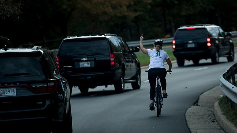 Trump'a parmak hareketi yaptığı için işinden kovulan kadın, Virginia'daki seçimleri kazandı