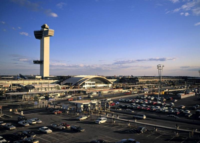 Uçaktaki 100 yolcu birden hastalandı