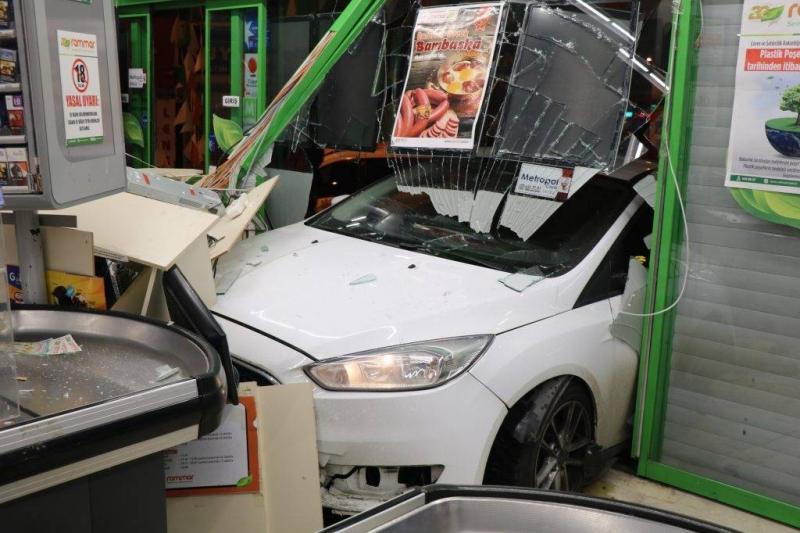 Üsküdar'da bir araç markete girdi