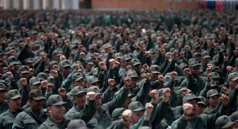 Venezuela ordusu ABD'nin darbe girişimine karşı sokağa indi!