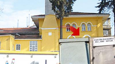250 yıllık güneş saatinin üstünü badanayla boyadılar