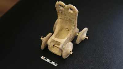 5 bin yıllık oyuncak araba bulundu!