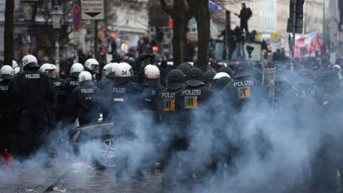Hamburg'da protestocular kazandı!