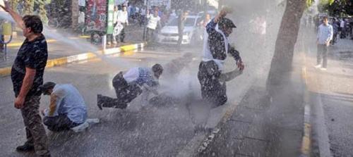 Van'da depremzede işçilere polis saldırısı!