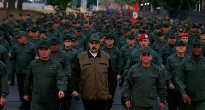 ABD'nin darbe girişiminde bulunduğu Venezuela'da Maduro askerlerle beraber yürüdü