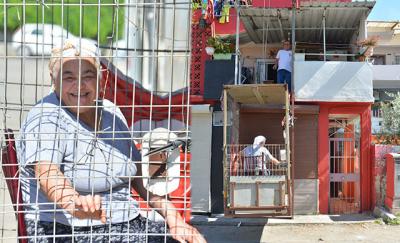 Adana'da felçli eşi için vinç sistemli asansör yaptırdı