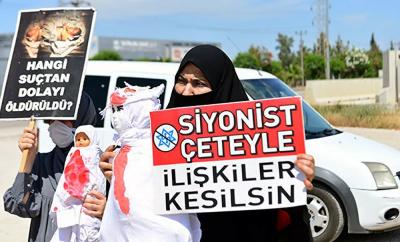 Adana'da 'kanlı oyuncak bebek' ile İsrail protestosu