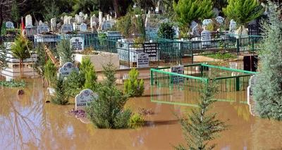 Adana'da mezarlıklar sular altında kaldı