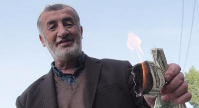 Adana'da sokak ortasında bir deste dolar yaktı