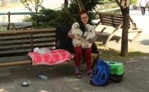 Ailesi köpekleri istemeyince parkta yaşamaya başladı!
