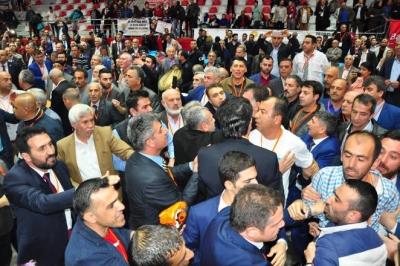 AKP kongresinde gerginlik... Çevik Kuvvet salona girdi