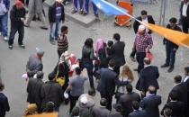 AKP mitinginde zafer işareti yapan kadın darp edildi!