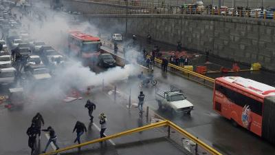 Al Arabiya: İran'da akaryakıt zammına karşı yapılan eylemlerde 12 kişi hayatını kaybetti