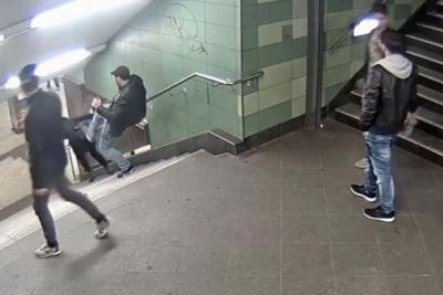 Almanya'da metroda kadına tekmeli saldırı