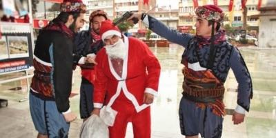 Alperen Ocakları Noel Baba'nın başına silah dayadı