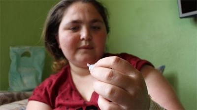 Amasya'da yaşayan kadının vücudu sürekli iğne üretiyor!