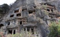 2 bin yıllık kaya mezarları depo olarak kullanıyor!