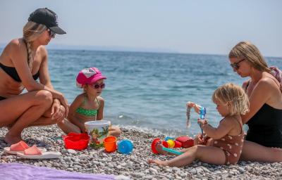 Antalya'da tam kapanma: Turistler plaja akın etti