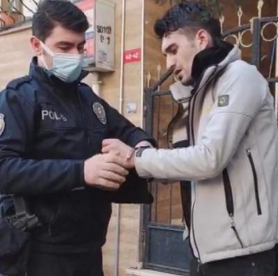 Apartmanlara girip ayakkabı çalan şüpheliyi vatandaşlar yakaladı