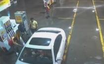 Arabasına su sıçradı diye pompacı genci dövdü!