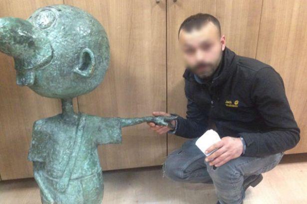 Avanak Avni'nin Kadıköy'de çalınan heykeli bulundu