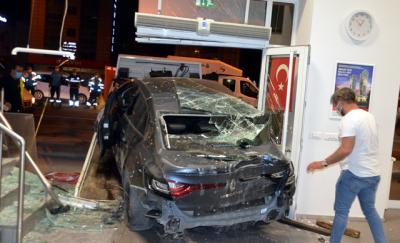 Avcılar'da otomobil banka şubesine girdi: 2 yaralı