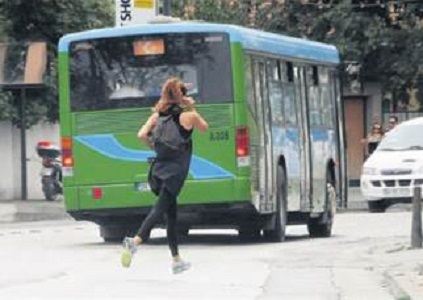 Azra Akın'ın zor anları! Otobüsü fark etmeyince...