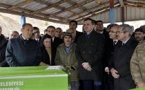 Bakan, yangında ölen çocukların cenazesinde espri yaptı