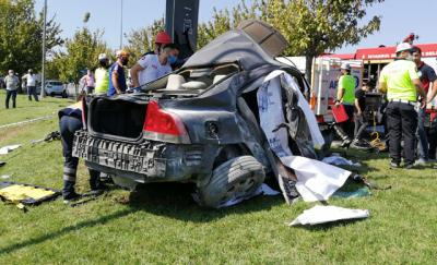 Bakırköy'de kaza: Otomobil içinde sıkışan sürücü yaşamını yitirdi