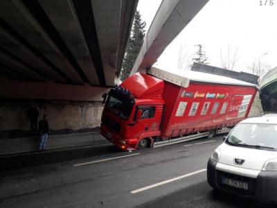 Bakırköy'de köprü altına kamyon sıkıştı