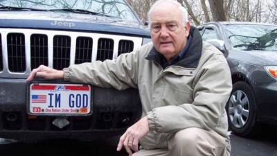 'Ben Tanrıyım' yazılı plakayı kullanmasına izin verilmeyen sürücüye 150 bin dolar tazminat ödenecek