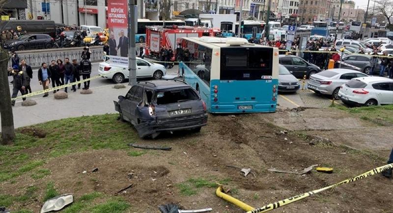 Beyazıt'ta özel halk otobüsü araç ve yayalara çarptı