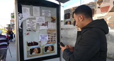 Bir kişi otobüs duraklarına 'sahibinden satılık böbrek' ilanı yapıştırdı