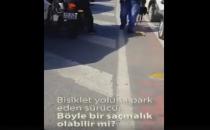 Bisiklet yoluna park eden araba sürücüsü bisikletliye kızdı!