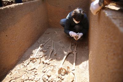Bodrum'da bulunan 2 bin 400 yıllık lahitin kapağı açıldı