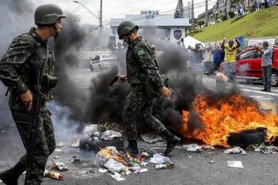 Brezilya'da meclisi basan polislere diğer polisler biber gazıyla müdahale etti